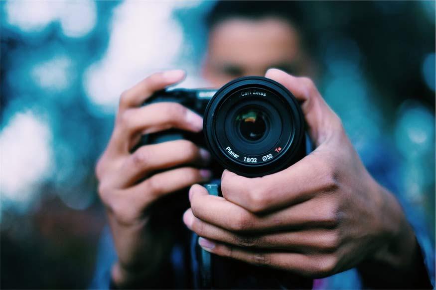 फोटोग्राफी- आप अपने आस-पास सामान्य सी चीज में भी खूबसूरती ढूंढ लेते हैं? अगर आपको तस्वीरें क्लिक करना अच्छा लगता है तो आप फोटोग्राफी का कोर्स ज्वॉइन कर सकते हैं.
