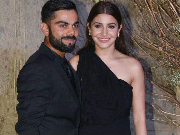 विराट कोहली और अनुष्का शर्मा को पार्टी करने का बहुत शौक है. दोनों जब बॉलीवुड निर्माता करन जौहर की पार्टी में पार्टी के ड्रेस कोड के मुताबिक ब्लैक कपड़ों में पहुंचे तो वहां मौजूद हर शख्स की नज़र उन्हीं पर थी. यह फोटो खूब वायरल हुई.