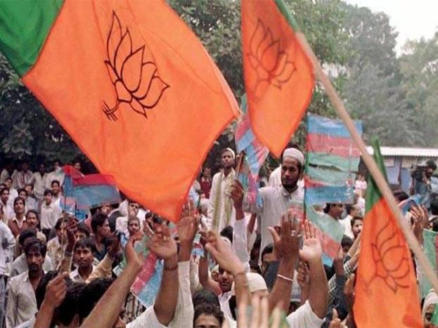 उत्तर प्रदेश के बलिया में भारतीय जनता पार्टी के बैरिया क्षेत्र से विधायक सुरेंद्र सिंह ने विवादित बयान दिया है. बीजेपी विधायक सुरेंद्र सिंह ने दावा किया है कि भारत वर्ष 2024 तक 'हिंदू राष्ट्र'हो जाएगा. इसके आगे क्या कहा बीजेपी विधायक ने आगे देखें-