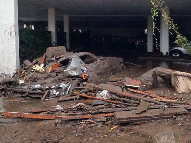 मोंटेसिटो शहर में भूस्खलन की वजह से कई घर तबाह हो गए और कारें बह गईं. राहत और बचाव कर्मी पता लगाने की कोशिश में हैं कि कोई घायल अथवा मृतक वहां फंसा तो नहीं है.<strong>(image credit: AP)</strong>