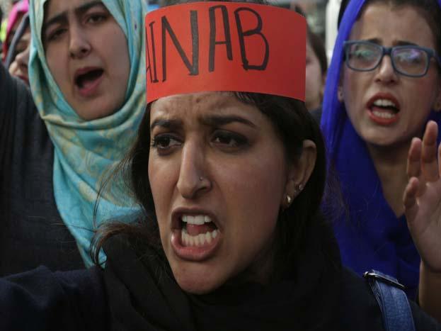पाकिस्तान में लोग लगातार पुलिस और सरकार पर अपना गुस्सा निकाल रहे हैं. गुरुवार को प्रदर्शनकारियों ने सरकारी इमारतों, कारों और एक स्थानीय राजनेता के कार्यालय को आग के हवाले कर दिया.<strong>(image credit: AP)</strong>