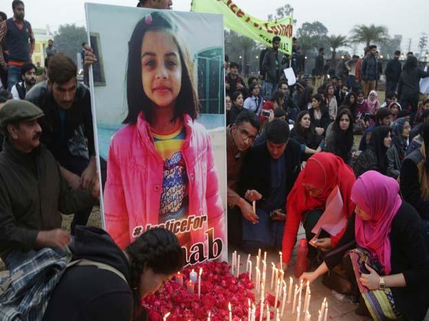 पाकिस्तान में फूटे गुस्से का असर वहां के मीडिया में भी नज़र आया. समा टीवी की एक एंकर किरन नाज़ गुरुवार को एक बुलेटिन में अपनी बच्ची को लेकर आईं और उसे गोद में बैठाकर ज़ैनब की ख़बर दी.<strong>(image credit: AP)</strong>