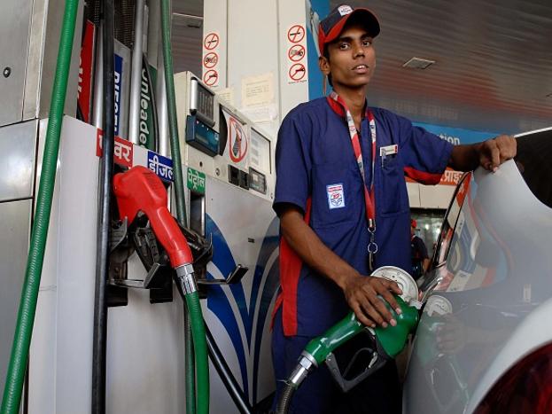 पेट्रोल-डीजल पर फैसला:पेट्रोल और डीजल की बढ़ती कीमतों को देखते हुए जीएसटी काउंसिल इन दोनों को जीएसटी के दायरे में लाने पर विचार कर सकती है. अगर ऐसा होता है तो आम आदमी के लिए पेट्रोल और डीजल लेना काफी सस्ता हो सकता है. वित्त मंत्री अरुण जेटली समेत ऑयल मिनिस्टर धर्मेंद्र प्रधान भी पेट्रोल और डीजल को जीएसटी के दायरे में लाने की मांग कर चुके हैं. आपको बता दें कि इन दिनों दिल्ली समेत कई राज्यों में पेट्रोल और डीजल की कीमतें अपने उच्चतम स्तर पर पहुंच गई है.