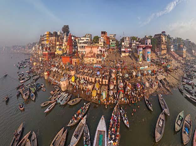 भारत के सबसे पुराने शहर काशी के पवित्र घाटों की ये तस्वीर है.<strong>(Image: Yash Shevkar/dronestagram)</strong>