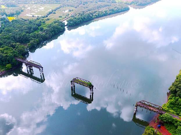 ये खूबसूरत तस्वीर गोवा के पुराने बोरिम ब्रिज की है.<strong>(Image: allistairrod/dronestagram)</strong>
