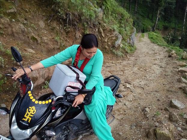 गीता के साथ तीनों महिला कर्मचारियों ने टीकाकरण किया. हेल्थ वर्कर गीता वर्मा, आशा वर्कर गीता भाटिया और आंगनबाड़ी कार्यकर्ता प्रेमलता भाटिया ने जगह-जगह जाकर बच्चों को टीके लगाए और अभियान पूरा किया. इसके लिए गीता को पगडंडियों पर भी बाइक चलानी पड़ी.