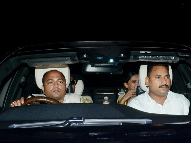 पद्मावत फिल्म की टीम से रणवीर सिंह और दीपिका इस पार्टी में साथ पहुंचे. दोनों की ड्रेसेज का कलर भी काफी मैचिंग था. आगे की स्लाइड्स में देखिए ऋतिक और सुजैन भी पहुंचे इस पार्टी में