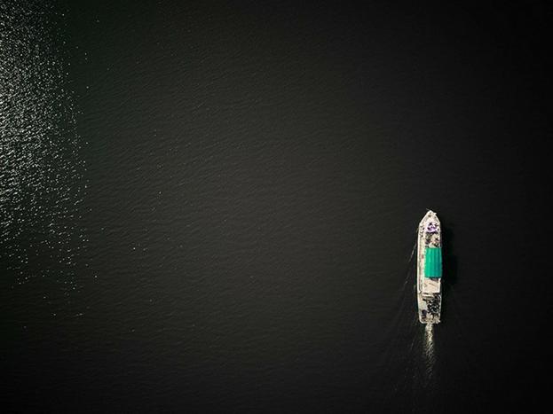आंध्रप्रदेश में फैले विशाल समंदर में चलता जहाज.