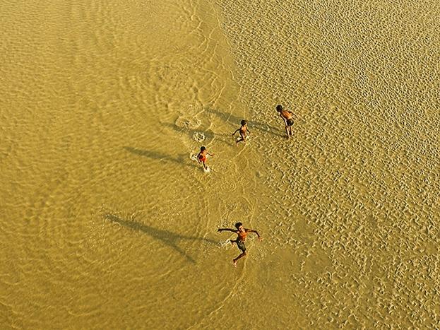 वेस्ट बेंगाल की मलता नदी में अठखेलियां करते बच्चे.