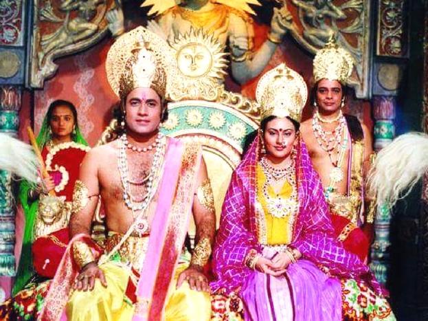 सिर्फ इतना ही नहीं, अपने घरों में भी टीवी पर रामायण देखने वाले लोग चप्पल जूते उतार कर धुप-अगरबत्ती जला कर ही ये शो देखा करते थे. रामायण में अरुण गोविल के साथ दीपिका सीता की भूमिका में थीं.