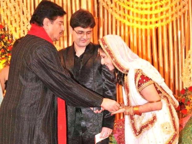 इस शादी में उन्हें आशीर्वाद देने एक्टर शत्रुघ्न सिन्हा भी पहुंचे थे.