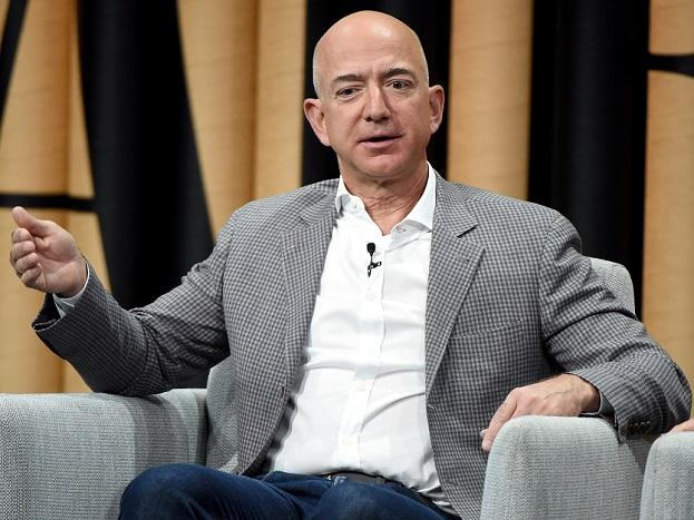 अमेजन के फाउंडर ने 1994 में Amazon.com की शुरुआत की. बेजोस जुलाई 2017 में भी दुनिया के सबसे अमीर आदमी बन गए थे. बेजोस ने सर्च इंजन गूगल में भी निवेश कर रखा है. बेजोस ने गूगल में 2.5 लाख डॉलर का निवेश किया है.