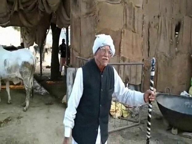 दलीप सैनी का घर नंदीशाला से लगभग एक किलोमीटर दूर है लेकिन इस उम्र में भी वे पैदल नंदीशाला पहुंच कर सेवा करते हैं. दलीप सैनी के 4 बेटे और 4 बेटियां हैं. सभी विवाहित होने के साथ-साथ अपने परिवार के साथ सुखमय जीवन व्यतीत कर रहे हैं. पारिवारिक जिम्मेवारियाों को पूरा करने के बाद दलीप सैनी रोजाया गायों की सेवा कर रहे हैं.