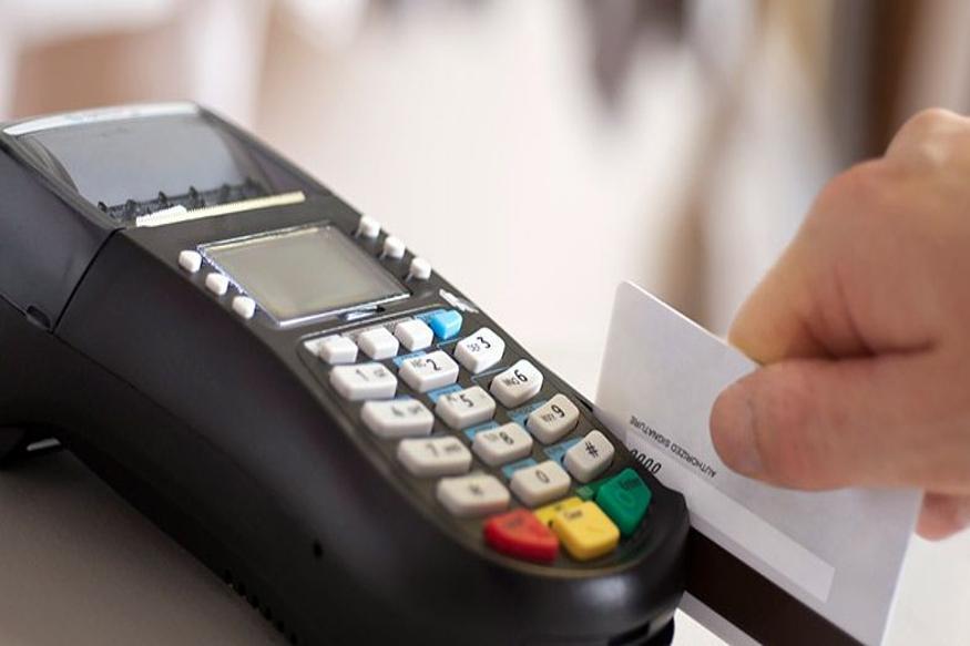 (7) क्रेडिट कार्ड से खरीदारी: अगर आप एक साल में क्रेडिट कार्ड से 1 लाख रुपए या इससे अधिक की खरीदारी कर रहे हैं तो इसकी डिटेल भी सरकार के पास पहुंच जाएगी. ऐसे में अगर आप इनकम टैक्स रिटर्न फाइल नहीं कर रहे हैं तो इनकम टैक्स विभाग आपसे पूछ सकता है कि आपकी सालाना इनकम कितनी है और आप रिटर्न फाइल क्यों नहीं कर रहे हैं.
