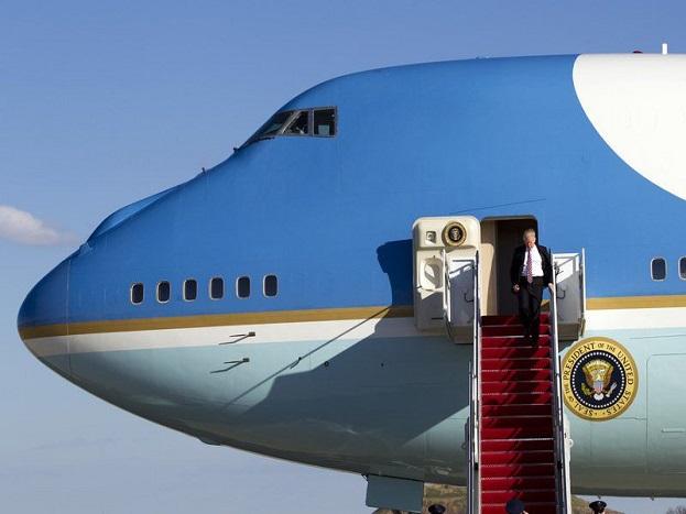 एयरफोर्स-वन में अमरीकी राष्ट्रपति के साथ उनके वरिष्ठ सलाहकार, गुप्तचर सेवा के अफसर और अन्य मेहमान सफर करते हैं. दरअसल एयरफोर्स वन एक ट्रैफिक कोड है, जिसका इस्तेमाल उस विमान के लिए होता है, जिसमें अमेरिकी राष्ट्रपति सफर कर रहे होते हैं, लेकिन बाद में यह कोड उस विमान के लिए भी इस्तेमाल होने लगा, जिसमें राष्ट्रपति सफर करते हैं.