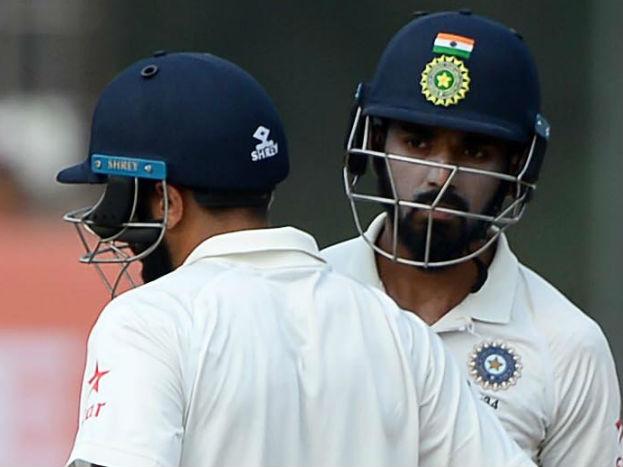 टीम प्रबंधन शिखर धवन की जगह केएल राहुल को मौका दे सकता है, लिहाजा टीम की शुरूआत मुरली विजय और केएल राहुल कर सकते हैं. शिखर ने साउथ अफ्रीका में अब तक तीन मैच में 18 के औसत से 108 रन बनाए हैं. यही वजह उन्हें टीम से बाहर करा सकती है. जबकि राहुल ने अब तक 21 टेस्ट 44.62 के औसत से 1428 रन बनाये हैं जिसमें चार शतक और दस अर्धशतक शामिल हैं.