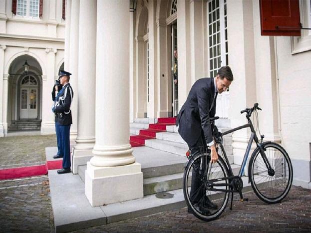 जी हां, नीदरलैंड के पीएम मार्क रुते बिना किसी सुरक्षा के साइकिल से ही सफर करते हैं. उनकी एक फोटो सोशल मीडिया पर खूब वायरल हुई थी, जिसमें वो रॉयल पैलेस के पास साइकिल का स्टैंड लगाते दिख रहे हैं. बताया जा रहा है कि पीएम मार्क देश के राजा विलियम अलेक्जेंडर से मिलने के लिए आए हुए थे.