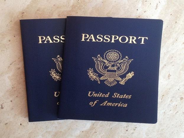 नीले रंग का पासपोर्ट:नीला रंग 'नई दुनिया' का प्रतीक है. 15 कैरिबियाई देशों के पासपोर्ट का रंग नीला होता है. दक्षिणी अमेरिकी देशों के पासपोर्ट का रंग मरकॉसुर नाम के ट्रेड यूनियन के साथ उनके संबंध का प्रतीक है. इनमें ब्राजील, अर्जेंटिना और पेरुग्वे शामिल हैं. इस ब्लॉक में शामिल वेनेजुएला अपवाद है, जहां के पासपोर्ट का रंग लाल है. अमेरिकी नागिरकों के पासपोर्ट के लिए नीले रंग को 1976 में अपनाया गया है.
