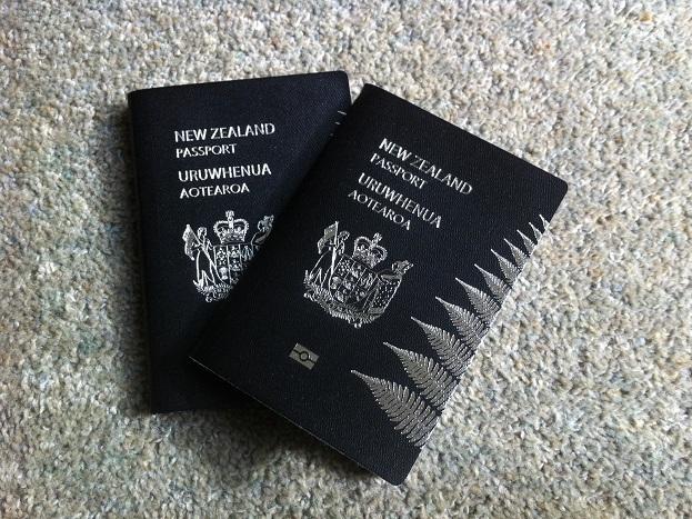 काले रंग का पासपोर्ट:बहुत ही कम देशों के पासपोर्ट का रंग काला है. कुछ अफ्रीकी देशों जैसे बोत्सवाना, जांबिया, बुरुंडी, गैबन, अंगोला, कॉन्गो, मलावी एवं अन्यों का पासपोर्ट काले रंग का होता है. न्यूजीलैंड के नागरिकों के पास भी काले रंग का पासपोर्ट होता है, क्योंकि यह उनका राष्ट्रीय रंग है.