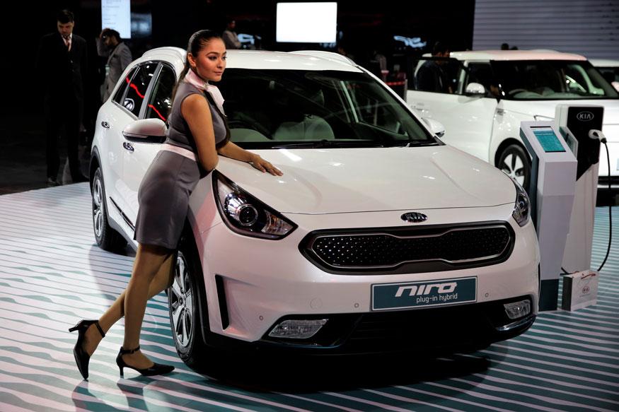 ऑटो एक्सपो मार्ट में KIA मोटर्स की Niro इलेक्ट्रिक हाईब्रिड कार के सामने पोज देती मॉडल (फोटो-AP) .. अगली स्लाइड में पढ़िये यूनिटी कार के बारे में जो प्रधानमंत्री के सपने को साकार करेगी.