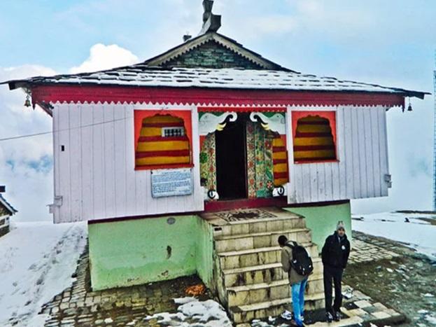 वैसे तो हिमाचल प्रदेश में बाबा बर्फानी के कई मशहूर मंदिर हैं, क्योंकि आज देश-प्रदेश में महाशिवरात्रि मना रहा है. इसलिए आज हम यहां आपको कुल्लू के बिजली महादेव मंदिर के बारे में बताने जा रहे हैं. कुल्लू का पूरा इतिहास बिजली महादेव से जुड़ा हुआ है.