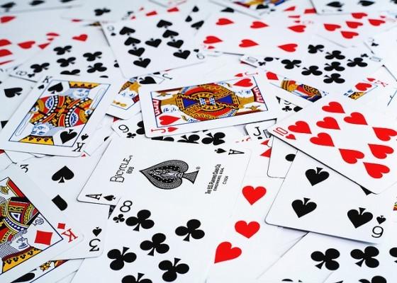 इंग्लैंड के जेम्स आई (16 वीं-17 वीं शताब्दी) के शासनकाल में प्लेइंग कार्ड पर टैक्स लगाना शुरू किया. वही कार्ड बाजार में मान्य होते थे, जिन पर सरकार का प्रतीक चिन्ह लगा होता था. ये टैक्स 4 अगस्त 1960 तक चलता रहा.