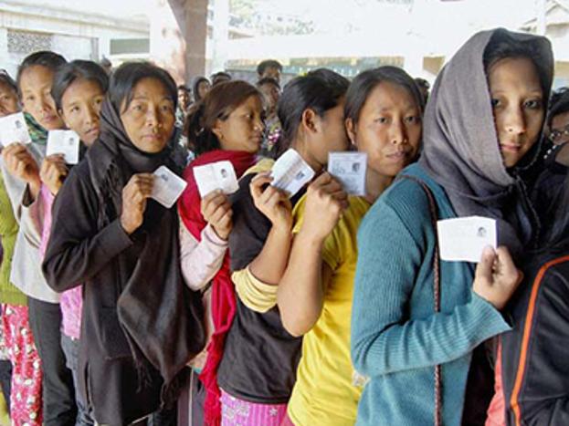चुनाव की शुरुआत 18 फरवरी को त्रिपुरा से होगी, जहां सत्ता पर पिछले 20 सालों से मणिक सरकार के नेतृत्व वाली मार्क्सवादी कम्युनिस्ट पार्टी (माकपा)का कब्जा है. सीपीएम की राज्य में मुख्य लड़ाई इस बार बीजेपी से है. राजनीतिक रूप से त्रिपुरा में विधानसभा की 60 सीटें हैं. इसके अलावा राज्य की कुल आबादी 2012 की जनगणना के मुताबिक 36.58 लाख है. हाल ही में त्रिपुरा ने केरल (93.91 प्रतिशत)को पीछे छोड़कर 94.65 फीसदी साक्षरता दर हासिल की है.