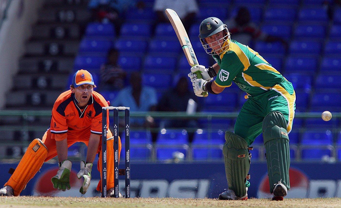 इंटरनेशनल वनडे क्रिकेट में छह बॉल पर छह छक्के लगाने वाले हर्शल गिब्स दुनिया के इकलौते खिलाड़ी हैं. उन्होंने यह कारनामा 2007 विश्व कप में नीदरलैंड के गेंदबाज़ वान बुगें के एक ओवर की सभी गेंदों पर छक्के जड़कर किया था. बुगें ने इसके बाद क्रिकेट से संन्यास ले लिया था.