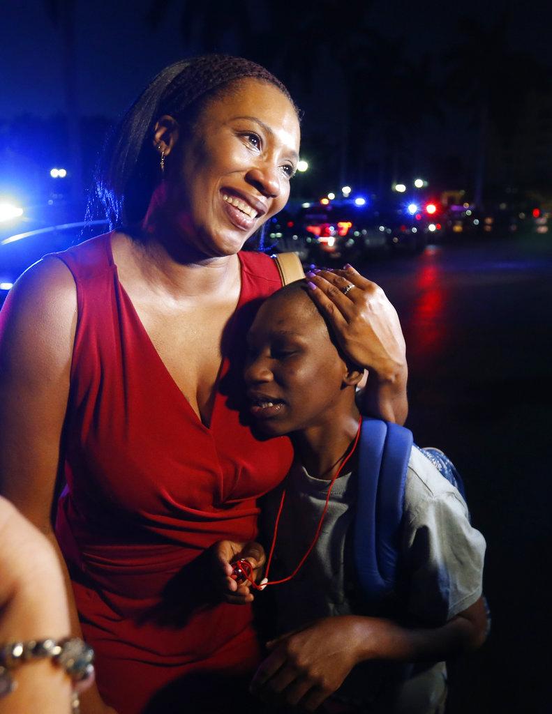 ख़बरों के मुताबिक 19 साल के पूर्व छात्र ने स्कूल में अंधाधुंध फायरिंग की. इसमें अब तक 17 छात्रों के मरने की पुष्टि हुई है. पुलिस ने हमलावर को गिरफ्तार कर लिया है.फायरिंग में मरने वालों की संख्या बढ़ सकती है.(image credit: AP)