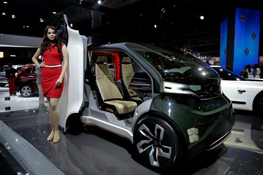 ऑटो एक्सपो में होंडा NeuV कॉन्सेप्ट कार के समाने पोज देती मॉडल (फोटो-AP)