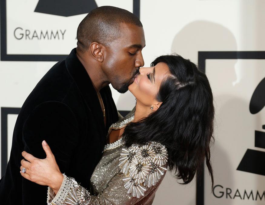 अमेरिकी रैपर कान्ये वेस्ट और किम कारदर्शियां ने कैलिफोर्निया में आयोजित 57वें ग्रैमी अवॉर्ड्स समारोह के दौरान इस तरह एक-दूसरे को किस किया था.