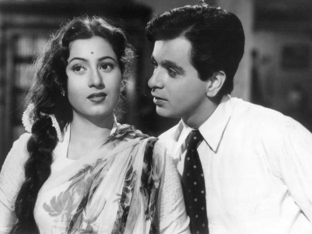 दर्शकों के दिलों पर राज करने वाली मधुबाला 18 साल की उम्र में दिलीप कुमार को देखते ही दिल दे बैठी थीं. दोनों की मुलाकात साल 1944 में फिल्म 'ज्वारभाटा'के सेट पर हुई थी. पहली ही नजर में मधुबाला दिलीप साहब पर फिदा हो गई थीं. दिलीप उनसे 11 साल बड़े थे. लेकिन प्यार में उम्र कौन देखता है. ये भावनाएं फिल्म 'मुगल-ए-आजम' के दौरान और गहरी हो गईं. मधुबाला दिलीप कुमार से शादी करना चाहती थीं. लेकिन ऐसा हो नहीं पया क्योंकि दिलीप इस रिश्ते के लिए तैयार नहीं थे. इस दर्द भरे दिल में एक तकलीफ और थी.