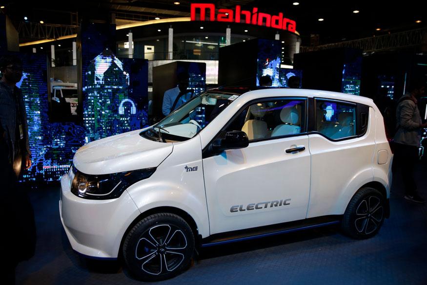 ऑटो एक्सपो में महिंद्रा ने इलेक्ट्रिक SUV eKUV 100 को प्रदर्शित किया (फोटो: AP)