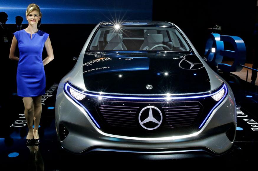 मर्सिडीज बेंज की इलेक्ट्रिक कॉन्सेप्ट कार EQ के साथ पोज देती मॉडल (फोटो: AP) अगली स्लाइड में देखिये ऑटो एक्सपो के पहले दिन पेश हुई शानदार इलेक्ट्रिक कार की तस्वीरें