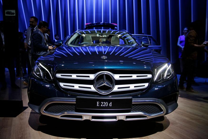 ऑटो एक्सपो में नई लॉन्च हुई मर्सिडीज बेंज E 220 को डी को प्रदर्शित किया गया (फोटो: AP)