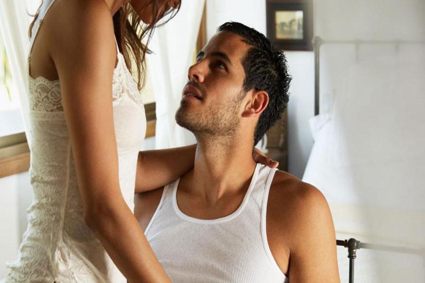 एक सामान्य इंसान को सेक्स की ज़रूरत और चाहत होती है. ये चाहत और ज़रूरत अलग-अलग लोगों में अलग-अलग हो सकती है. किसी को कम, किसी को ज़्यादा. इसी तरह आकर्षण होना भी स्वाभाविक है. फैंटसीज़ यानी कल्पना करना भी सामान्य बात है. सेक्स की चाह होने पर मास्टरबेट करना भी हेल्दी माना जाता है. यदि आप में ऊपर बताए तमाम लक्षण मौजूद हैं, तो आप सेक्सुअली फिट हैं. सेक्स को लेकर आज भी लोगों के मन में भ्रांतियां और ग़लतफ़हमियां हैं, क्योंकि सेक्स को लेकर कुछ खुलापन भले ही आ गया हो, लेकिन मैच्योरिटी अब भी नहीं आई है. ऐसे में ये सवाल अक्सर लोगों के मन में आता है कि क्या हम सेक्सुअली फिट हैं?