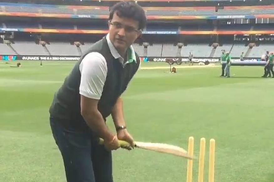 भारतीय टीम के पूर्व कप्तान और एक जुझारू खिलाड़ी रहे सौरव गांगुली की जल्द ही प्रकाशित होने वाली आत्मकथा 'ए सेंचुरी इज नॉट इनफ' में उन्होंने कई खुलासे किए हैं. इस किताब में उन्होंने अपने और उस वक्त के भारतीय क्रिकेट टीम के कोच रहे ऑस्ट्रेलियाई खिलाड़ी ग्रेड चैपल के बीच विवाद का भी ज़िक्र किया है. जब चैपल भारतीय टीम के कोच थे तब गांगुली को कप्तानी से हटा दिया गया था और यहां तक कि उन्हें टीम से बाहर कर दिया गया था.(image credit: @Sourav Ganguly Official Facebook)