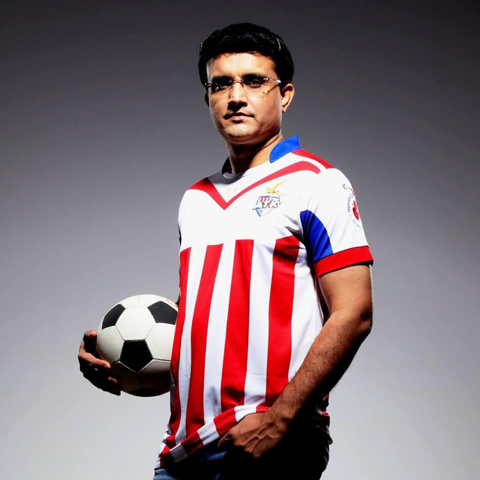 गांगुली ने लिखा कि 2008 में ईरानी ट्राफी के लिए शेष भारत की टीम में उन्हें नहीं चुने जाने पर वो गुस्सा और मायूस थे. इसके कुछ महीने बाद उन्होंने संन्यास की घोषणा कर दी थी. उन्हें ये समझ नहीं आ रहा था कि आखिर उन्हें टीम से क्यों बाहर किया गया. उन्होंने टीम के कप्तान अनिल कुंबले को फोन किया और कारण जानने की कोशिश की.(image credit: @Sourav Ganguly Official Facebook)