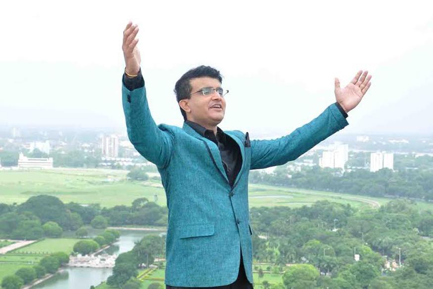 कुंबले से उन्हें पता चला कि इस फैसले से पहले दिलीप वेंगसरकर की अध्यक्षता वाली चयनसमिति ने उनसे मशविरा नहीं किया था. हालांकि कुंबले ने साफ किया कि अगर उन्हें फैसला करना होगा तो वो गांगुली को फिर से आगामी टेस्ट मैच के लिए चुनेंगे. इस बात से उन्हें काफी राहत मिली.(image credit: @Sourav Ganguly Official Facebook)