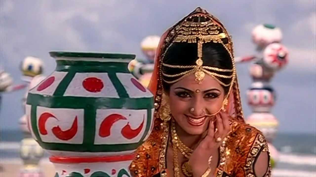 श्रीदेवी इस फिल्म में अमजद खान की बेटी के किरदार में हैं और पहले जहां वो एक ज़ालिम लड़की होती हैं, वहीं जितेंद्र के किरदार से मिलने के बाद वो गाँववालों का दर्द समझने लगती हैं और अपने पिता से बदला लेने में जितेंद्र की मदद करती हैं.