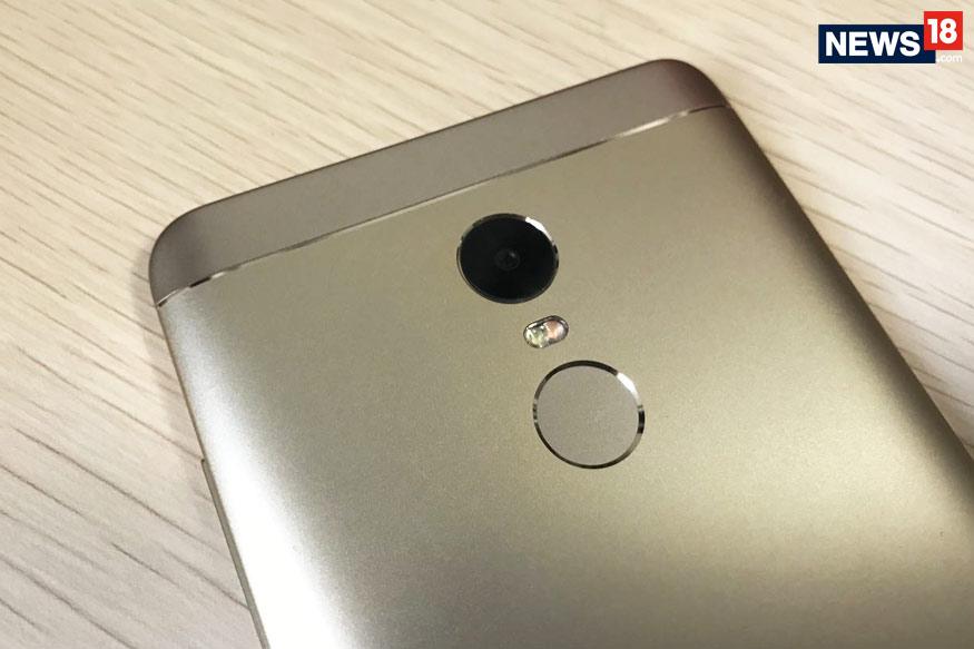 शियोमी के ये नए स्मार्टफोन्स mi.कॉम, Flipkart और Mi होम्स में 22 फरवरी से मिलेंगे. और जल्द ही शियोमी के ऑफलाइन रिटेल पार्टनर्स पर भी उपलब्ध कराए जाएंगे. (File Photo/News18)