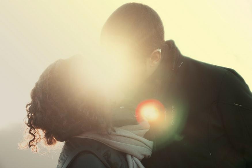 अजीब किसर- अगर आपको अपने बॉयफ्रेंड का वर्जिनिटी टेस्ट करना है तो उसे तुरंत किस करें. वर्जिन लड़के थोड़े अजीब और शर्मीले किसर होते हैं. अगर आपका बॉयफ्रेंड वर्जिन होगा तो वो आपको अच्छी तरह से किस नहीं कर पाएगा.