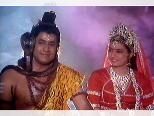 अरे इन्हें तो आप 'भगवान राम' के रूप में जानते हैं. लेकिन ये अरुण गोविल एक भगवान शिव का रोल भी निभा चुके हैं. छोटे पर्दे के इन 'राम जी' ने फिल्म 'शिव महिमा' में भगवान शिव का रोल निभाया था.