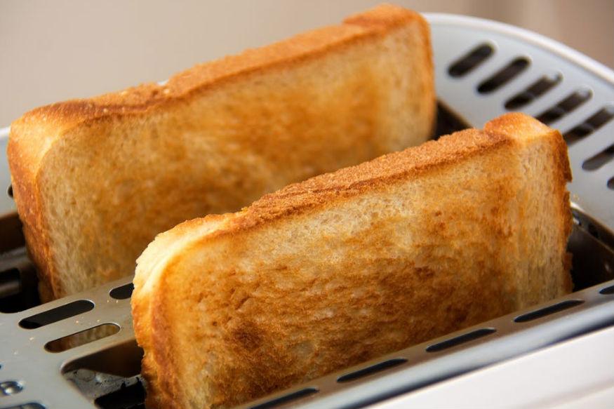 जली हुई ब्रेड भी आपके पेट के लिए काफी हानिकारक होती है. ये आपके शरीर को काफी नुकसान पहुंचाती है. जब ब्रेड जल जाती है तो उसमें एक्रीलामाइड पदार्थ निकलता है जो पेट के लिए काफी हानिकारक होता है.