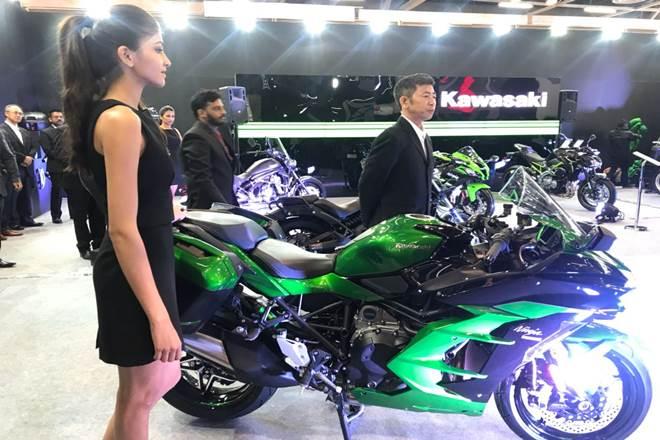 कावासाकी ने भारत में निंजा H2 SX पेश की है. कंपनी भारत में पहले से कावासाकी H2 बेच रही है. कावासाकी की H2 SX की कीमत 21.8 लाख रुपये है. वहीं, कावासाकी H2 SX SE की कीमत 26.8 लाख रुपये है.