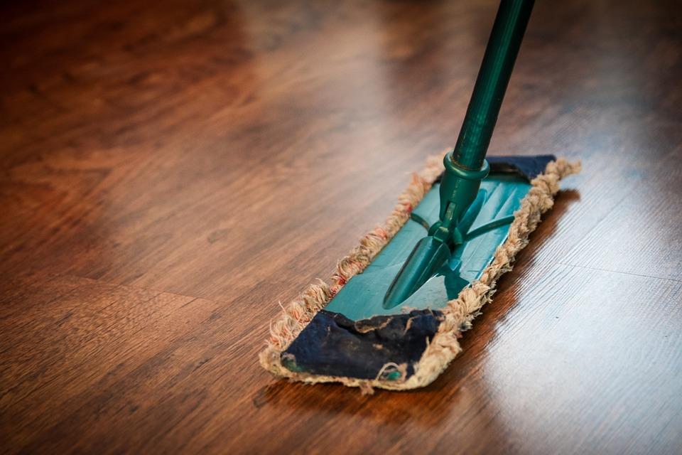 હાઉસજોય (www.housejoy.in): હાઉસજોય ઘરની સફાઈથી લઈને પેસ્ટ કંટ્રોલ કરે છે. તમારે હાઉસજૉયની વેબસાઇટ પર જઇને ડેટ અને સમયનું બૂકિંગ કરવુ પડશે. બુકિંગના દિવસે ઘર પર 3 થી 6 લોકો સફાઇ કરવા માટે આવશે. સફાઇ કરવા માટે આવનારા લોકોની સંખ્યા ઘરના કદ અને વિસ્તાર ઉપર આધાર રાખે છે. ઘરની સફાઈ પેકેજ અલગ-અલગ હોય છે. આ પેકેજ 999 રૂપિયાથી શરૂ કરીને 4,500 રૂપિયા સુધી છે.