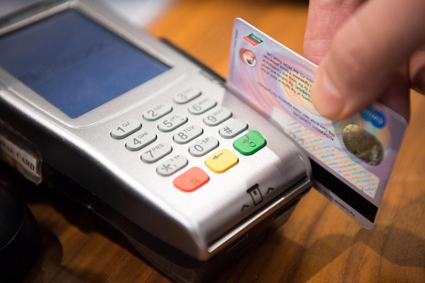 જ્યારે કાર્ડ ખોવાઇ જાય કે હેક થાય છે, ત્યારે પહેલા તેને બ્લૉક કરો અને તેની જાણકારી બેંકમાં આપો. બૅન્કના કસ્ટમર કેર નંબર પર ફોન કરીને તાત્કાલીક તમારા કાર્ડની સેવાઓને બંધ કરાવી નાખો.