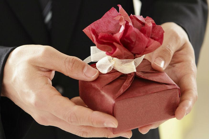 17 फरवरी को Perfume Day मनाया जाता है. लड़ाई-झगड़े से दिल ऊब गया हो तो साथी को परफ्यूम का तोहफा दें.