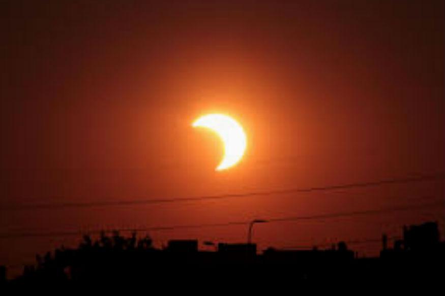 साल 2018 का पहला सूर्यग्रहण आज रात यानी 15 फरवरी को पड़ने जा रहा है. ग्रहण रात 12 बजकर 25 मिनट से लगेगा और सुबह 4 बजे तक चलेगा. हालांकि ये आंशिक सूर्यग्रहण होगा लेकिन इसका असर राशियों पर दिखाई देगा. ज्योतिष गणना के अनुसार अलग-अलग राशियों पर इसका अलग तरह से असर होगा. किसी पर सकारात्मक तो किसी पर नकारात्मक. जानें किन राशियों पर इसका कैसा असर होगा.