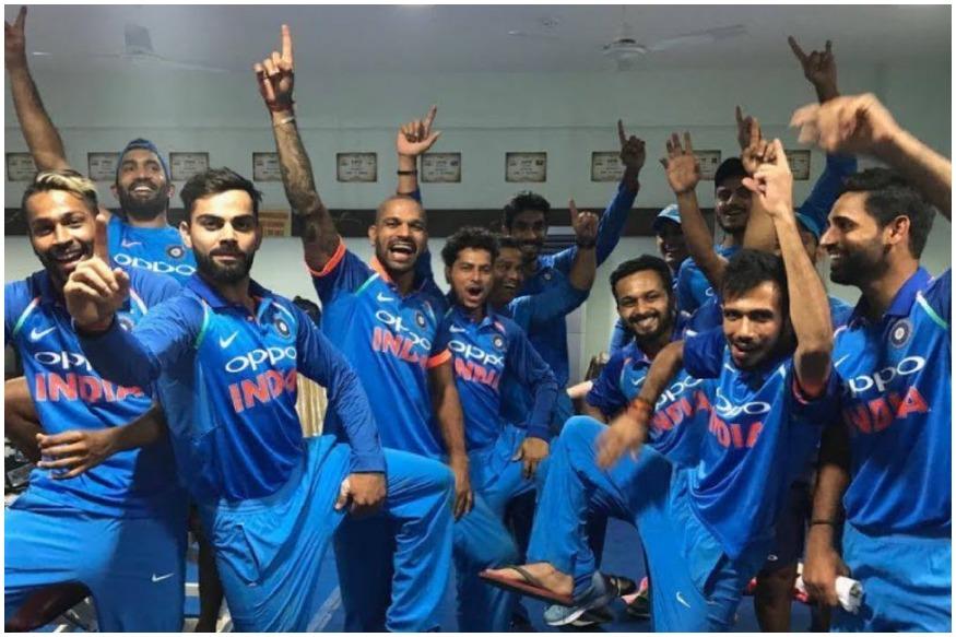 विराट कोहली की अगुवाई में टीम इंडिया ने साउथ अफ्रीकी सरजमीं पर इतिहास तो पहले ही रच दिया है लेकिन अब उसके पास एक ऐसा बड़ा कारनामा करने का मौका है जो पिछले 16 सालों में दुनिया की कोई टीम नहीं कर सकी. सेंचुरियन में शुक्रवार को भारतीय टीम साउथ अफ्रीका से छठे और आखिरी वनडे मैच में भिड़ेगी. इस मैच में अगर टीम इंडिया की जीत होती है तो वो 16 सालों में पहली ऐसी टीम होगी जो साउथ अफ्रीका को उसी के घर पर 5-1 के बड़े अंतर से हराएगी.